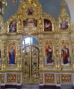Иконостас с золочением и резными колоннами