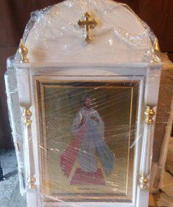 Иконы в деревяных киотах для церкви